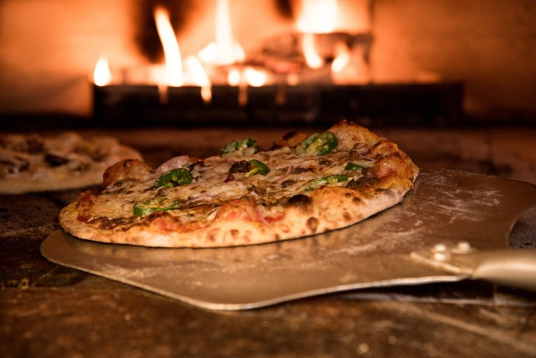 窯からピザを出すシーン