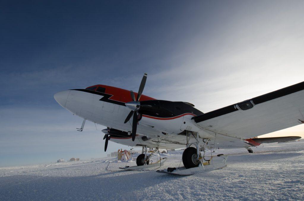 スキーを履いた飛行機