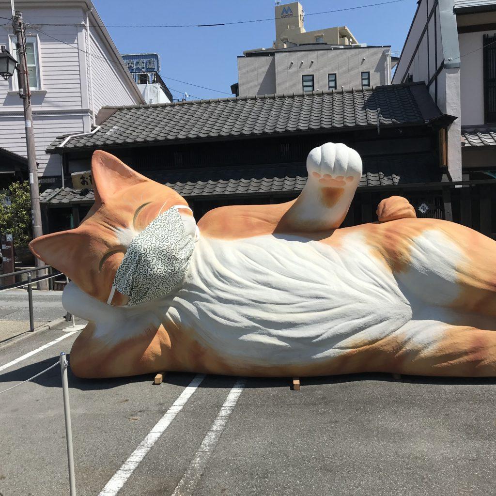 招き涅槃猫
