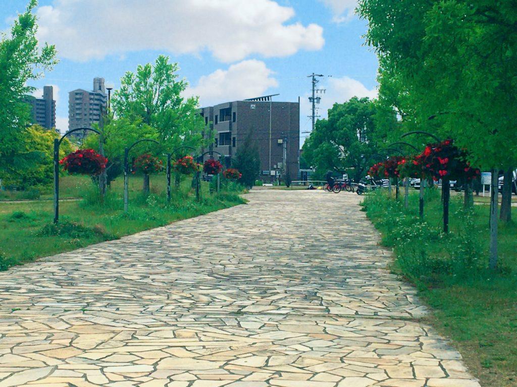 野方三ツ池公園ハンギングバスケットの通路