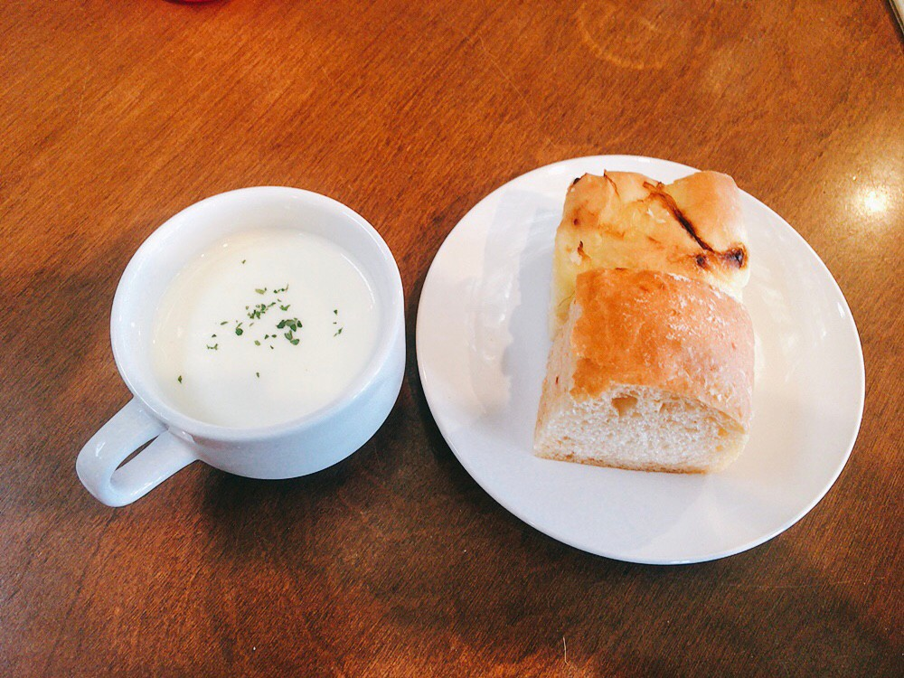 かねよ食堂ランチセットのパンとスープ