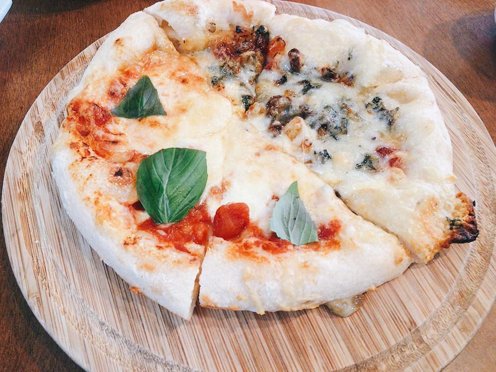 かねよ食堂マルゲリータとドライフルーツとゴルゴンゾーラはちみつがけハーフ&ハーフピザ