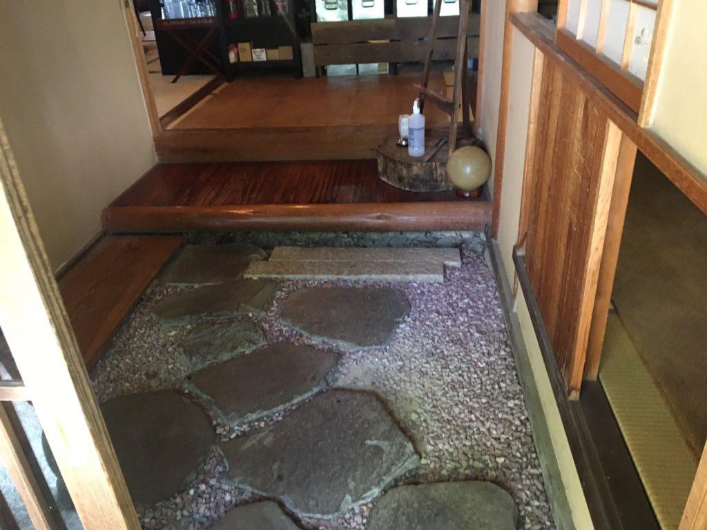 追浜Tsukikoya(ツキコヤ)山の上CAFE玄関とにじり口