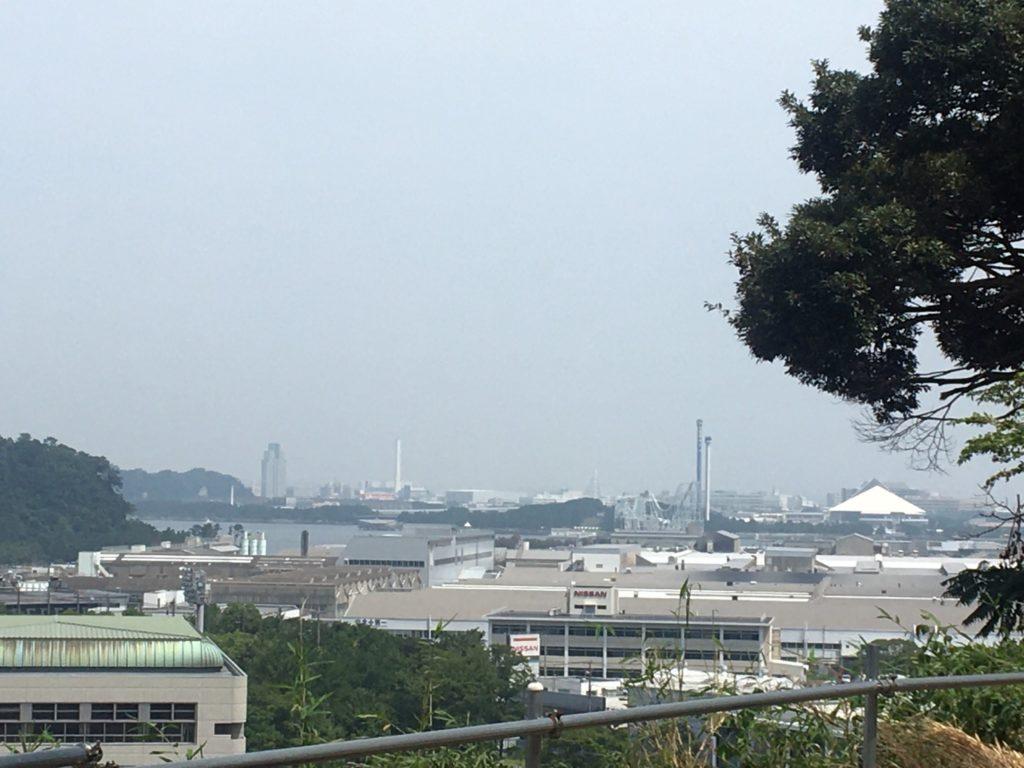 ツキコヤ店前から見た八景島