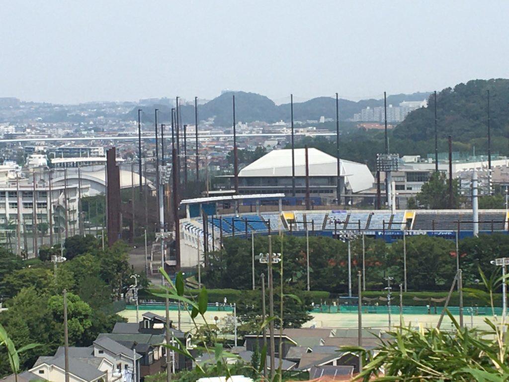 ツキコヤ店前から見た横須賀スタジアム