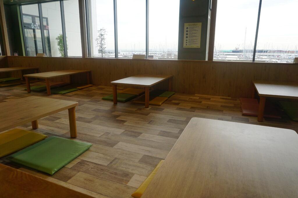 三井アウトレットパーク横浜ベイサイドフードコート小あがり席